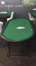 Mesa para poker e quadros decorativos