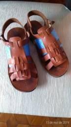 Sandália em couro modelo infantil