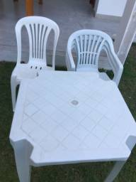 JOGO DE MESA DE PLÁSTICO 4 cadeiras e 1 mesa ótimo estado