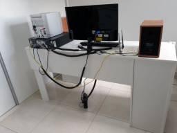 Mesa para computador(Escrivaninha) com três gavetas e prateleira.