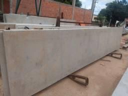Pilares pré moldados, placas de concreto e lajes pré moldadas.