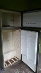 Geladeira e máquinas para retirada de peças