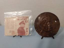 Antigo cartão e medalhão - Mussolini