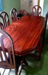 Uma Mesa com 6 lugares