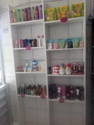 Vendo mercadorias e pratileiras de loja de cosméticos
