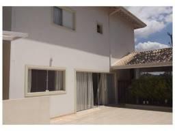 Sobrado com 300 m² em Condomínio Fechado, 03 Suítes c/ Armários, 4 Vagas, Quintal e Espaço