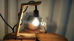 Luminária de mesa em madeira