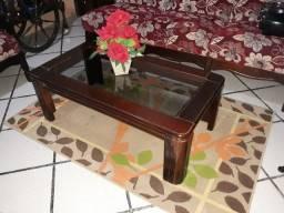 Ótima mesa de madeira de centro com tampo de vidro.