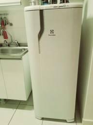 Refrigerador Electrolux Degelo Prático RE31 com Controle de Temperatura 240L- Branco<br><br>