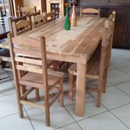 Mesa com 8 cadeiras (maciço)