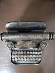 Réplica de máquina de escrever antiga