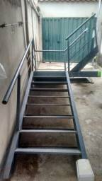 Escada com corrimão e patamar