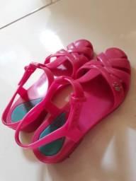 Sandália da Barbie, tamanho 30 cor rosa choc.