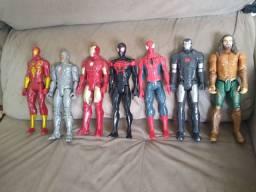 Bonecos Marvel e escudo