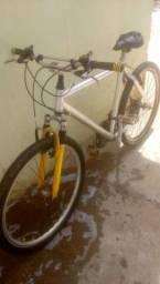Vende-se, so falta trocar o banco mas está boa pra pedalar......R$200,00