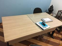 Mesa com gaveteiro e vidro
