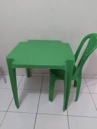Mesa com uma cadeira