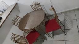 Mesa de Jardim ou Sala com 4 cadeiras de ferro e vidro