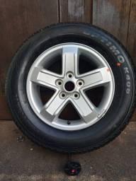 Roda de liga leve e pneu.
