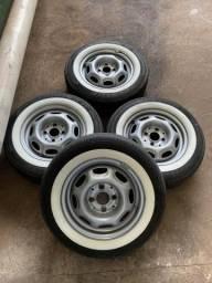 Jogo roda aro 13 ferro com pneus e faixa branca usado