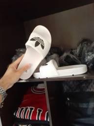 Sandálias slider, Nike e Adidas.