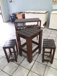 Jogo de mesa, duas banquetas e aparador em MADEIRA