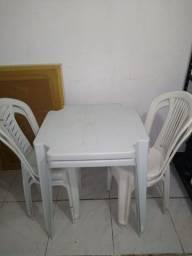 Duas mesas e 4 cadeira