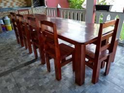 Mesa com seis cadeiras e um banco
