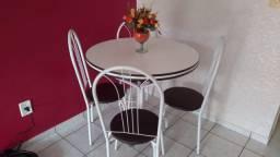 Mesa redonda com 4 cadeiras
