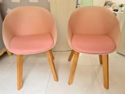2 poltronas rosê com pés em madeira natural