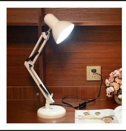 Luminária de mesa articulada.