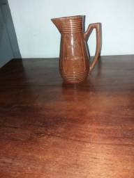 Vendo uma jarra de cerâmica