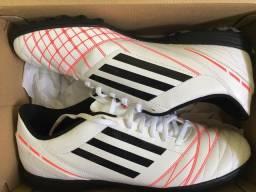Chuteira Adidas Society (branca)