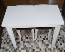 Mesa de madeira com duas banquetas