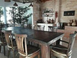 Mesa de madeira e luminária