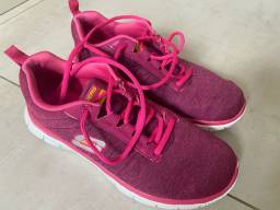 Tênis rosa.