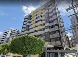 Apto na 2ª quadra da praia da Ponta Verde, varanda, 3 quartos, 1 suíte + DCE, por 430mil!
