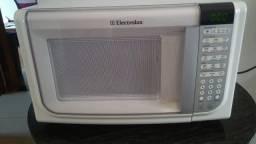 Microondas branco Electrolux Modelo MEF41, 110V, 31 L, excelente estado de conservação
