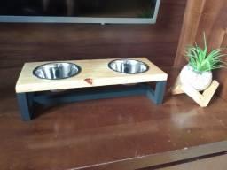 Comedouro suspenso para cães e gatos.