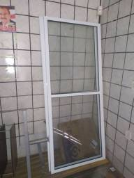 Porta de vidro em esquadrilha de alumínio