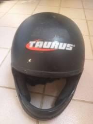 Capacete Taurus preto.