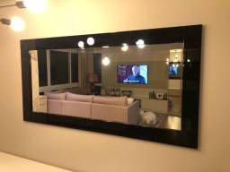 Espelho com moldura em laca preta