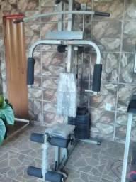 Estação de musculação pouco usada