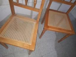 Cadeira de madeira, só tenho duas.