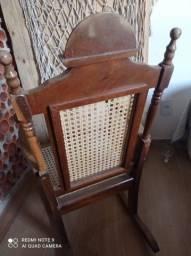 Cadeira balanço de madeira maciça conservada