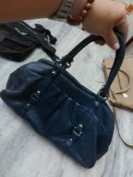 Bolsa de couro azul marinho e outra bege