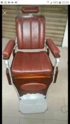Vede_se cadeira de Barbeiro toda restaurada linda