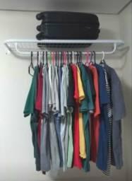 Suas roupas bem organizadas no cabideiro
