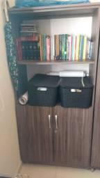 Armário com prateleiras e duas portas