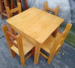 Jogo de mesa fixa infantil com 4 cadeiras, eucalipto. Envernizada, com garantia. Entrego.